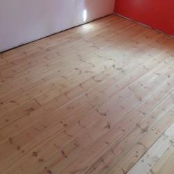 Senų, dažytų grindų restauravimas